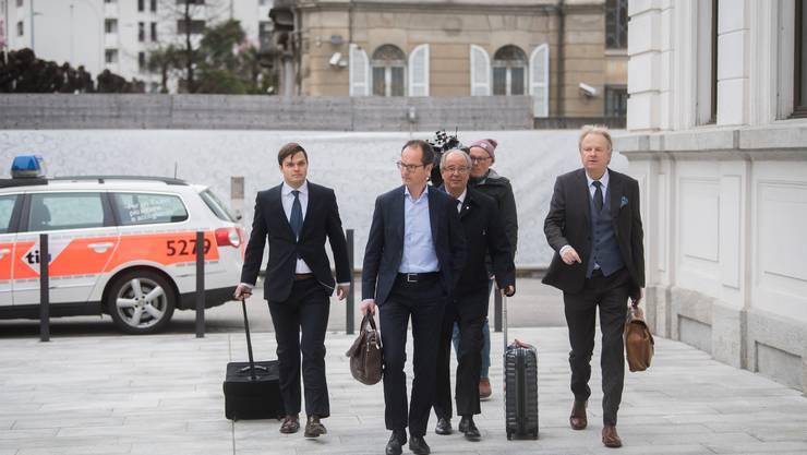 Urs Linsi (Mitte) kommt mit seinen Anwälten zum Bundesstrafgericht in Bellinzona.