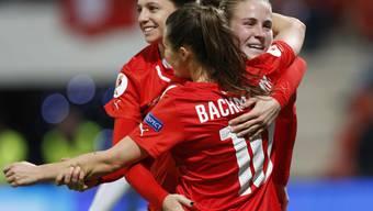 Siegesjubel: Ana-Maria Crnogorcevic (v. r.) feiert mit Ramona Bachmann und Fabienne Humm ihr Tor zum 4:0 gegen Tschechien