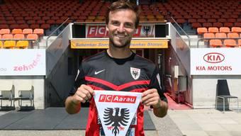 Michael Perrier, die Neuverpflichtung des FC Aarau, posiert vor der Haupttribüne im Stadion Brügglifeld