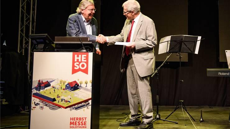 Max Grazzi (l.), Präsident der Hauensteinstiftung, übergibt an der HESO den «Ernst und Hanna Hauenstein-Preis» an Kurt Fluri, Stadtpräsident von Preisträger Solothurn.