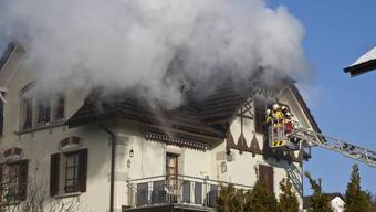 Brand im Dachstock eines alten Mehrfamilienhauses in Menziken