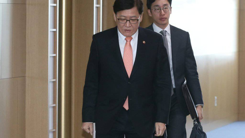 Südkoreas Gesundheitsminister auf dem Weg zur Regierungssitzung: Das Land  hat erstmals einen Fall von Zika-Virus gemeldet.
