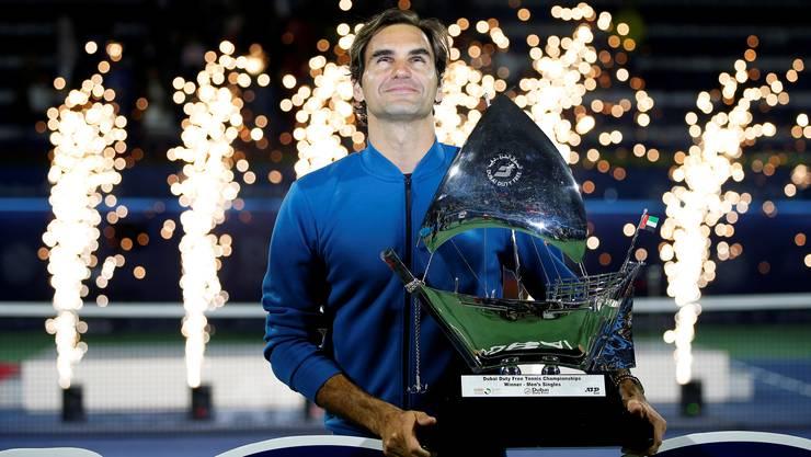 Unglaublich: Hier hält Roger Federer seine 100. Trophäe der ATP-Tour in den Händen.