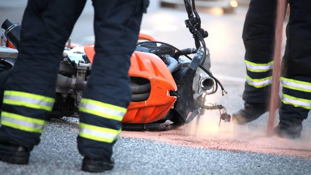 Betrunkener Motorradfahrer baut Unfall
