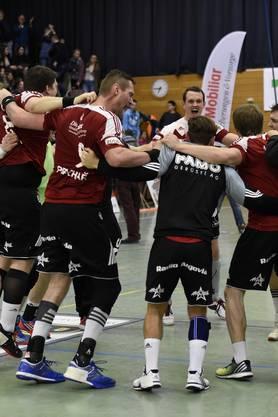 Jubel beim HSC Suhr: Das Team gewinnt den Spitzenkampf gegen Endingen mit 29:28.