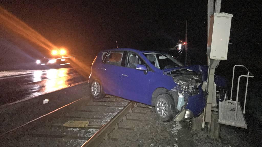 Der Autofahrer musste mit einem Helikopter der Alpine Air Ambulance mit unbestimmten Verletzungen ins Spital geflogen werden. n