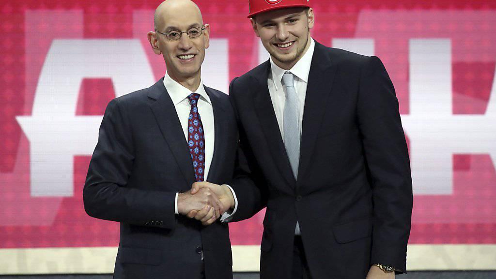 Luka Doncic (rechts) wurde von Atlanta gezogen und nach Dallas getradet