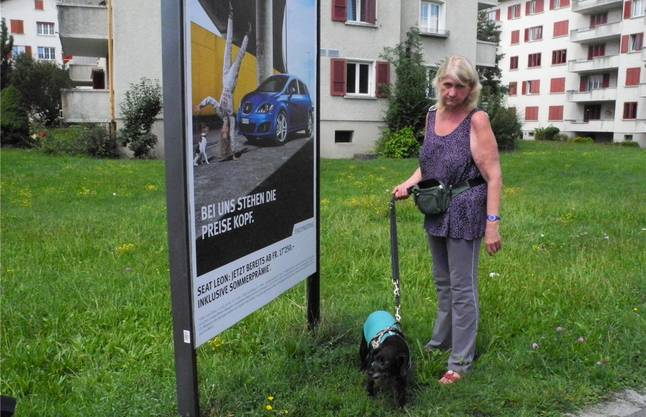 Margrit Frank mit Faro an der Stelle, wo der Hund das mit einer Schraube präparierte Wurststück fand.