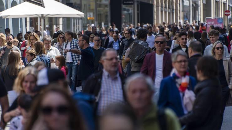Die Menschen drängten sich am vergangenen Wochenende in der Basler Shoppingmeile. Gleichzeitig fand auf dem Marktplatz eine Kundgebung statt.