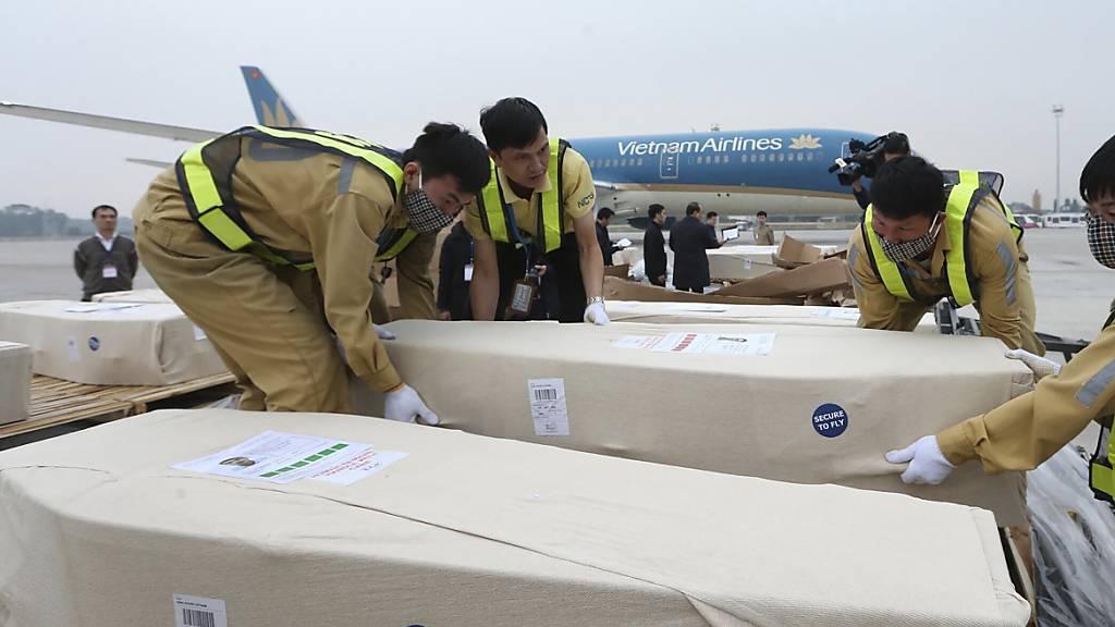 Die Särge mit den Opfern werden nach ihrer Ankunft in Vietnam in die Dörfer zu ihren Angehörigen gebracht.