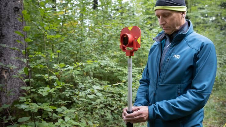 Das ist ein Reflektor, der bei der Vermessung des Gelände mit dem Theodolit notwendig ist.
