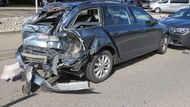 Der Fahrer und Beifahrer des Skodas wurden verletzt und mussten ins Spital gebracht werden.