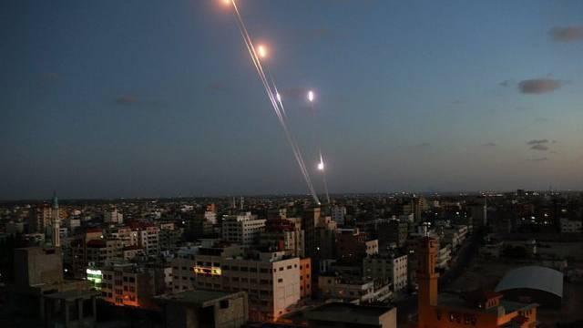 Aus Gaza abgefeuerte Raketen steigen in den Himmel (Archiv)