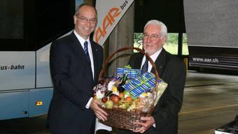 Der neue Verwaltungsratspräsident, Peter Forster (links), dankt seinem Vorgänger Max Tschiri