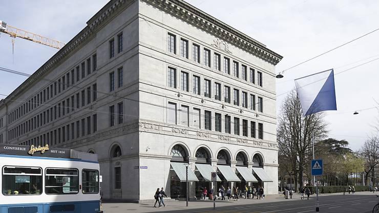 Aufgrund der Verwerfungen an den Kapitalmärkten gegen Jahresende ist die Schweizerische Nationalbank (SNB) tief in die roten Zahlen gerutscht. Im Bild: Der SNB-Sitz in Zürich. (Archivbild)