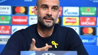 Die gelbe Schleife, die Pep Guardiola auch bei der Pressekonferenz vor dem Champions-League-Spiel gegen Basel trug, kostet den Spanier 20'000 Pfund Busse