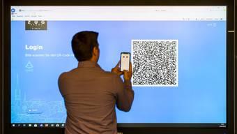 Luxoft entwickelte das E-Voting-System für die Stadt Zug. Eine Person registriert sich im Zuger Stadthaus für die digitale ID.