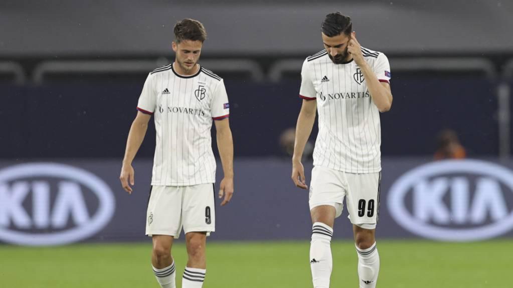 Die enttäuschten Ricky van Wolfswinkel (links) und Kemal Ademi vom FC Basel nach dem Ausscheiden in den Viertelfinals der Europa League gegen Schachtar Donezk
