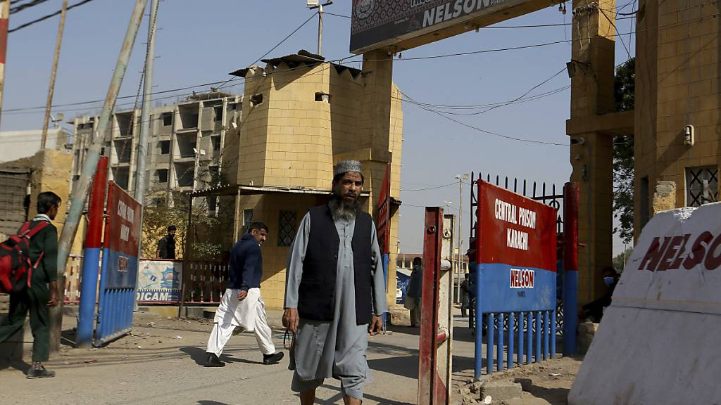 Aslam Scheich, Bruder von Muhammad Adil Scheich, einem der Angeklagten im Fall des Todes des amerikanischen Journalisten Pearl, kommt aus dem Zentralgefängnis. Nach Kritik der USA lässt Pakistan die Entscheidung zur Freilassung des Entführers und mutmaßlichen Mörders des Journalisten Daniel Pearl überprüfen. Foto: Fareed Khan/AP/dpa