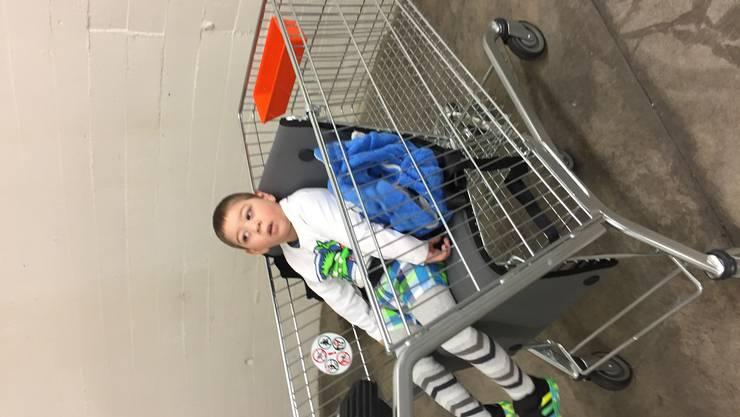 Erstmals geht Sandro mit Mutter Astrid Koch im Ben's Cart einkaufen.