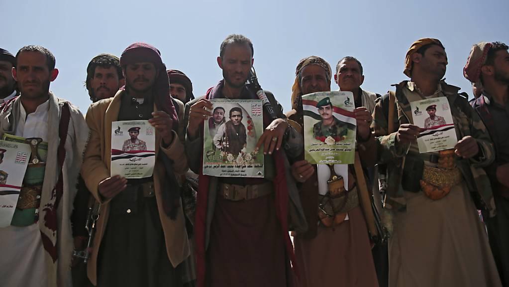 Huthi-Rebellen halten Plakate ihrer Verwandten während einer Trauerprozession für Huthis, die bei den jüngsten Kämpfen mit Kräften der von Saudi-Arabien unterstützten international anerkannten Regierung des Jemen getötet wurden.