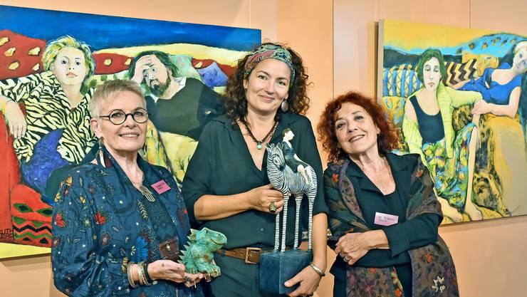 Kunst verbindet sie (v.l.n.r.): Jeannette Lerch, Nadja Lerch, Ruth Maria Lerch. Im  Hintergrund zu sehen sind Bilder von Ruth Maria Lerch.