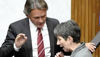 Österreichs Nationalratspräsidentin Barbara Prammer (SPÖ) bespricht sich mit dem Abgeordneten Peter Westenthaler (BZÖ)