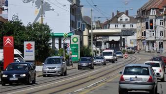 Die Zahl der Fahrzeuge, die durch den Lörracher Zoll nach Riehen fahren, hat um 35 Prozent abgenommen.