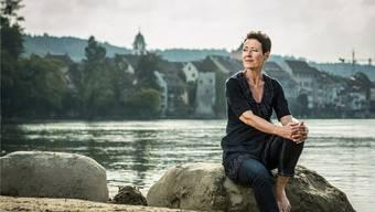 Béa Bieber an einem ihrer Lieblingsplätze am Ufer des Rheins in Rheinfelden. Hier kommt auch sie mal zur Ruhe. Chris Iseli