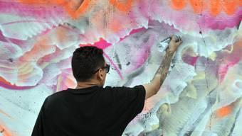 Der junge Sprayer hat mit seinen Schriftzügen einen Sachschaden in der Höhe von 80'000 Franken angerichtet. (Symbolbild)
