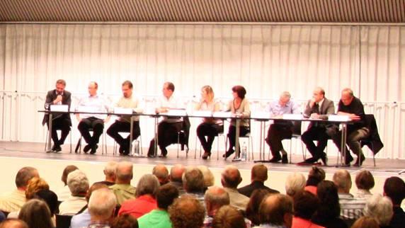 Gut gefüllte Stadthalle: Sieben Bewerber kandidieren für den Stadtrat – die Bevölkerung interessierte sich für deren Ziele und Visionen.