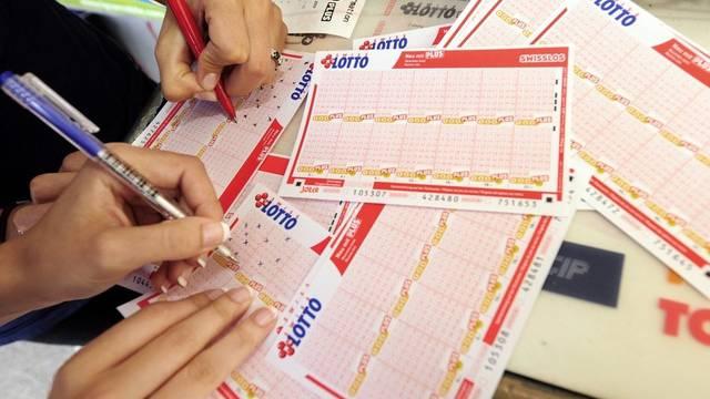 Zwei Personen füllen Lottoscheine aus - und hoffen ebenfalls auf einen Haupttreffer (Archiv)