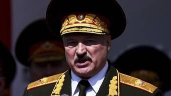 ARCHIV - Alexander Lukaschenko, Präsident von Belarus, hält eine Rede bei der Militärparade zum 75. Jahrestag des Sieges über Nazideutschland. Foto: Sergei Gapon/Pool AFP/AP/dpa