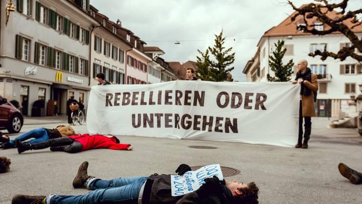 Am Samstag veranstaltete die Klimabewegung Extinction Rebellion ein «Die-In» in Olten vor der Stadtkirche.