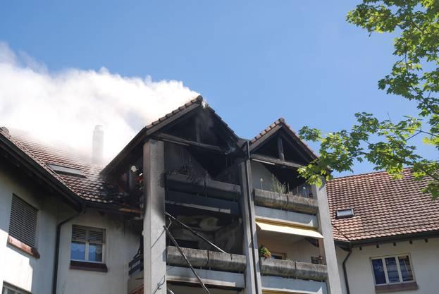 Auf einem Balkon brach Feuer aus. Dieses breitete sich auf den Stock darüber aus.