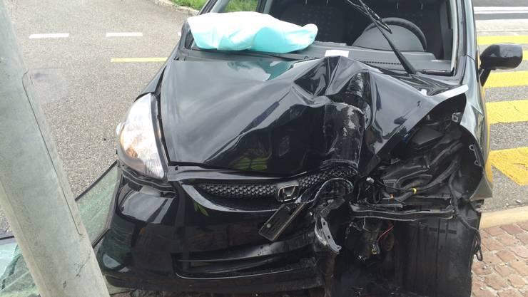 Gegen Mittag nickte eine Autofahrerin am Steuer ein und prallte gegen eine Strassenlampe.