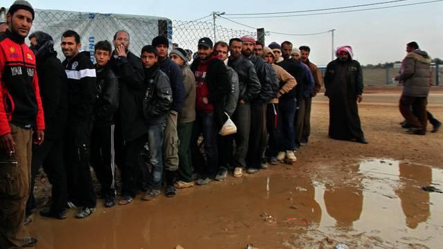 Syrische Flüchtlinge stehen vor einem jordanischen Flüchtlingslager Schlange (Archiv)