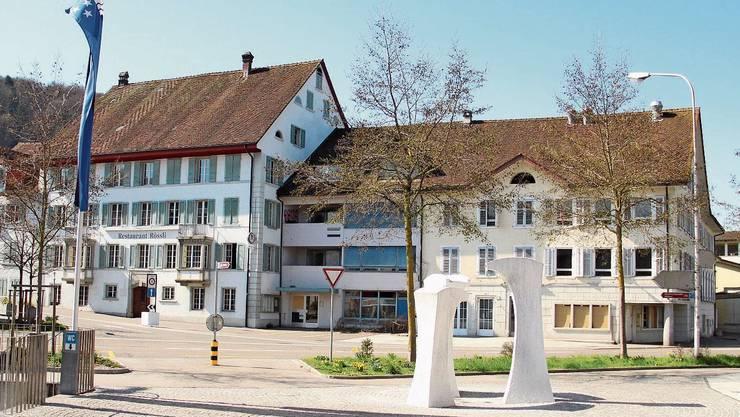 Die Gebäude ennet dem Dorfplatz hätten in diesen Tagen abgerissen werden sollen.