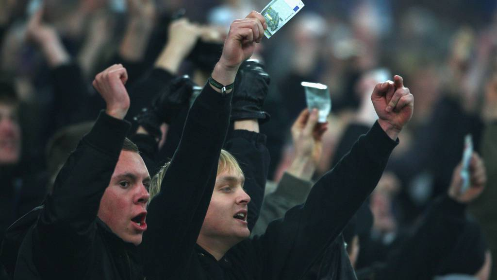 Nicht alle Fans freuen sich über die hohen Summen, die für die Spieler ausgegeben werden. Im Bild: Schalke-Fans demonstrieren 2008 im Uefa Cup gegen die «Bonzen» von Manchester United.