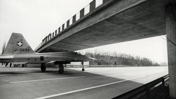 """Spektakuläre Aufnahme: """"Berner Zeitung""""-Fotograf Rolf Schertenleib nahm 1982 ein Tiger-Militärflugzeug auf der N6 bei Münsingen auf."""