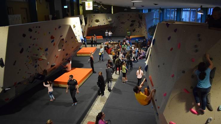 Für alle ist etwas dabei in der neuen Boulderhalle auf dem Liestaler Ziegelhof-Areal. Am Eröffnungswochenende waren auch viele Kinder am Klettern.