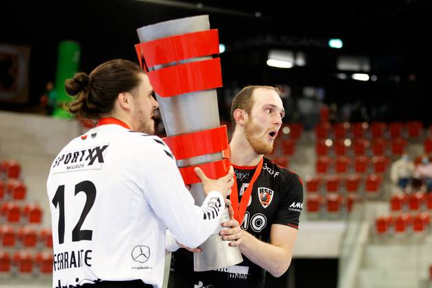 HSC-Torhüter Dario Ferrante und Tim Aufdenblatten (rechts) jubeln mit dem Pokal.