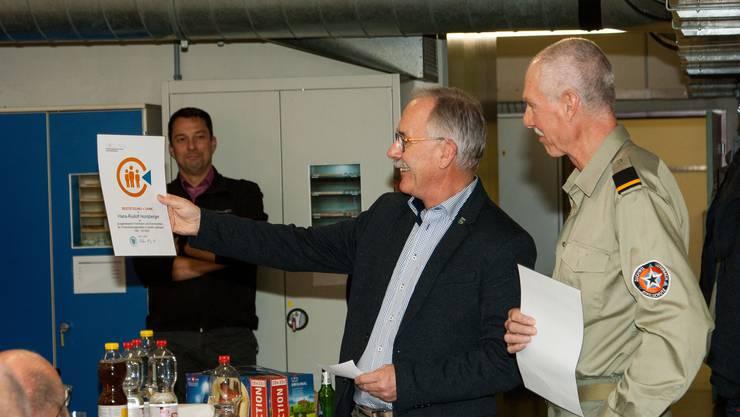 Gemeindepräsident Stefan Hug (links) würdigt Hans-Rudolf Horisberger