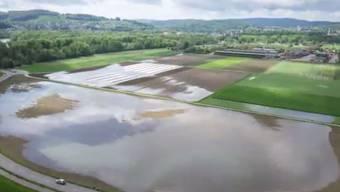 Felder stehen unter Wasser.