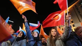 AKP-Anhängerinnen feiern vor dem Hauptquartier den klaren Sieg und die absolute Mehrheit der islamisch orientierten Partei.
