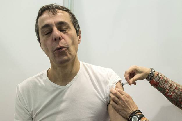 Pieks! Hier erhält der Präsident des Krankenkassenverbandes Curafutura (ab 2013) eine Spritze am Parlamentarier-Grippeimpftag.