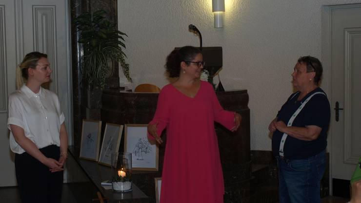 Frauentrio: Murielle Kälin (Mitte) mit Verlegerin Rosmarie Bernasconi (rechts) und Illustratorin Nina Kyburz.