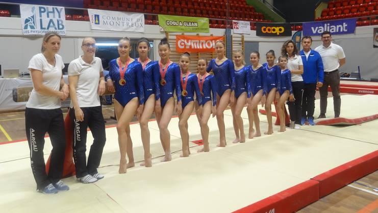 Die Aargauer Kunstturnerinnen mit ihrem Trainerteam.