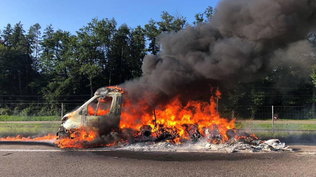 Camper in Flammen – Autobahn zeitweise wegen Explosionsgefahr gesperrt