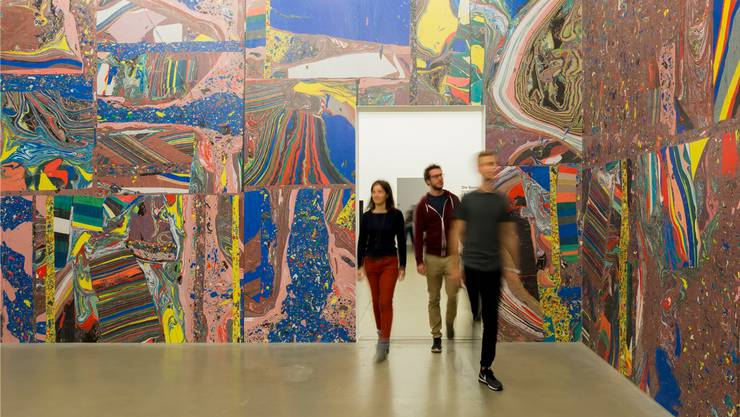 Aus Farbe entsteht ein kleiner Würfel, aus dem Würfel Fotografien, aus den Fotografien eine Tapete, aus den Tapeten ein vibrierender Farbraum: «Inversion» von Stefan Gritsch.